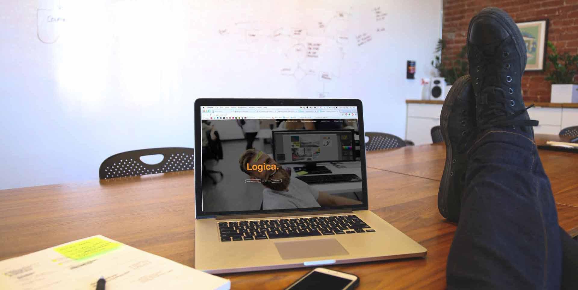 laptop-auf-tisch-mit-logica-seite.jpg